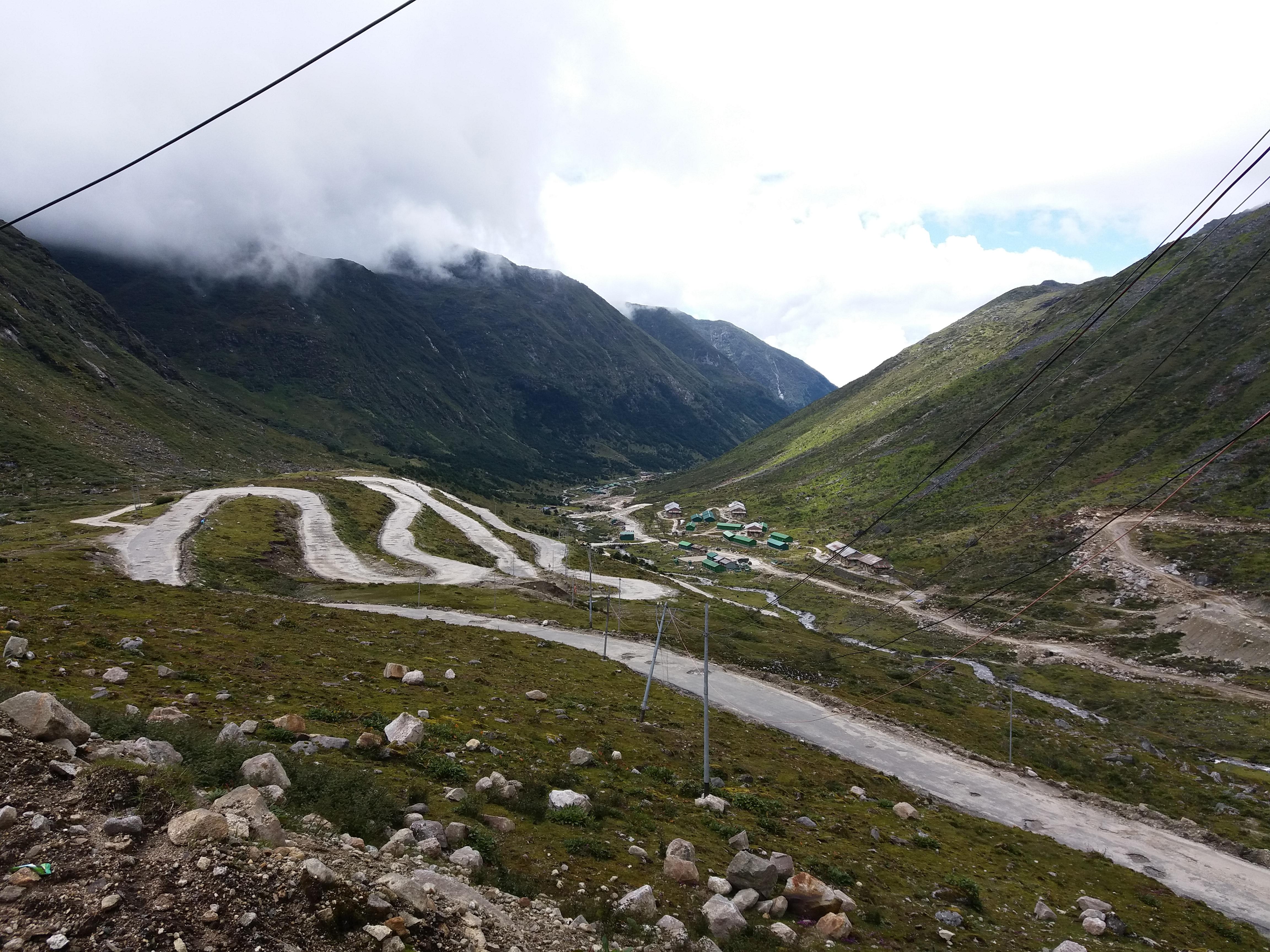 तवांग ते बुमला पास हे जेमतेम 37 किलोमीटरचे अंतर.  दोन-अडीच तासांच्या प्रवासाने तिथवर पोहचणे हे मोठे दिव्य!