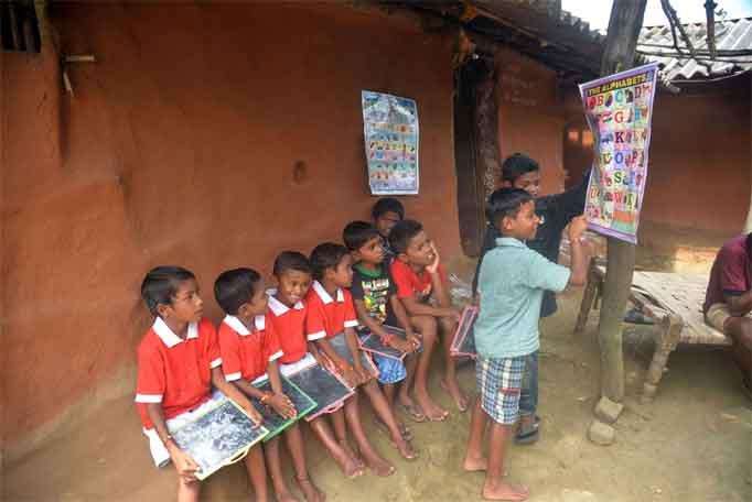 गडचिरोलीच्या नक्षलग्रस्त भागातील माजी नक्षल्यांची मुलंही आता शिक्षण घेताहेत.